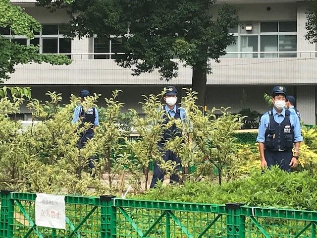 写真・図版 : 追悼式会場を取り囲む緑色のフェンスと警官=2020年9月1日、東京・横網町公園、筆者撮影
