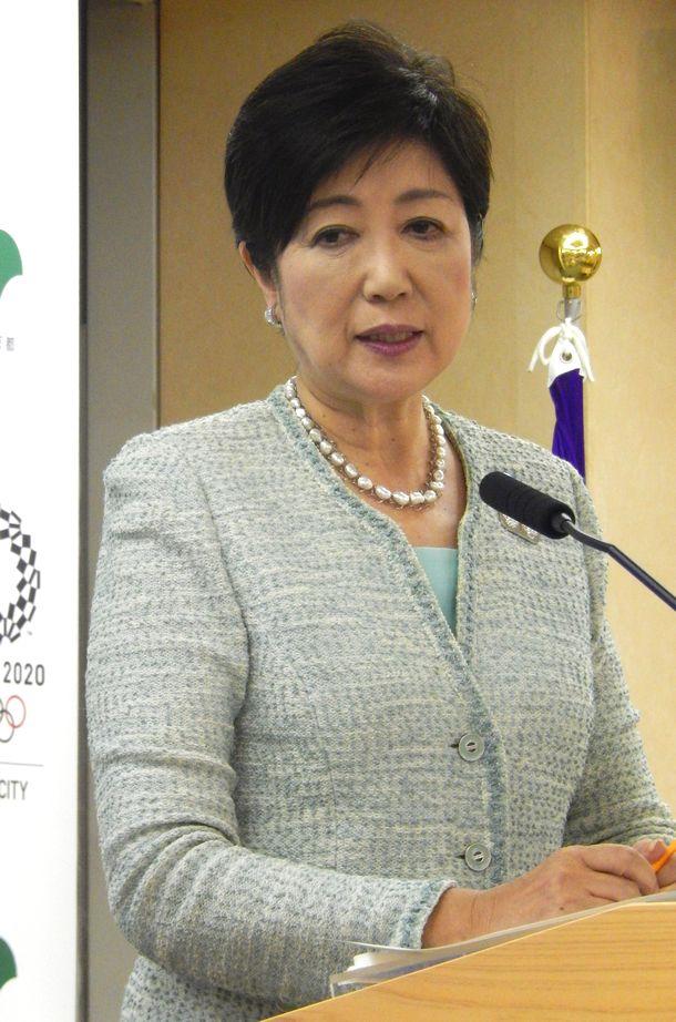 写真・図版 : 関東大震災で虐殺された朝鮮人について追悼文を出さなかったことについて質問を受ける小池百合子都知事=2017年9月1日