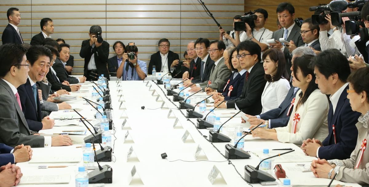 1億総活躍国民会議であいさつする安倍晋三首相(左手前から2人目)=2016年5月18日、首相官邸