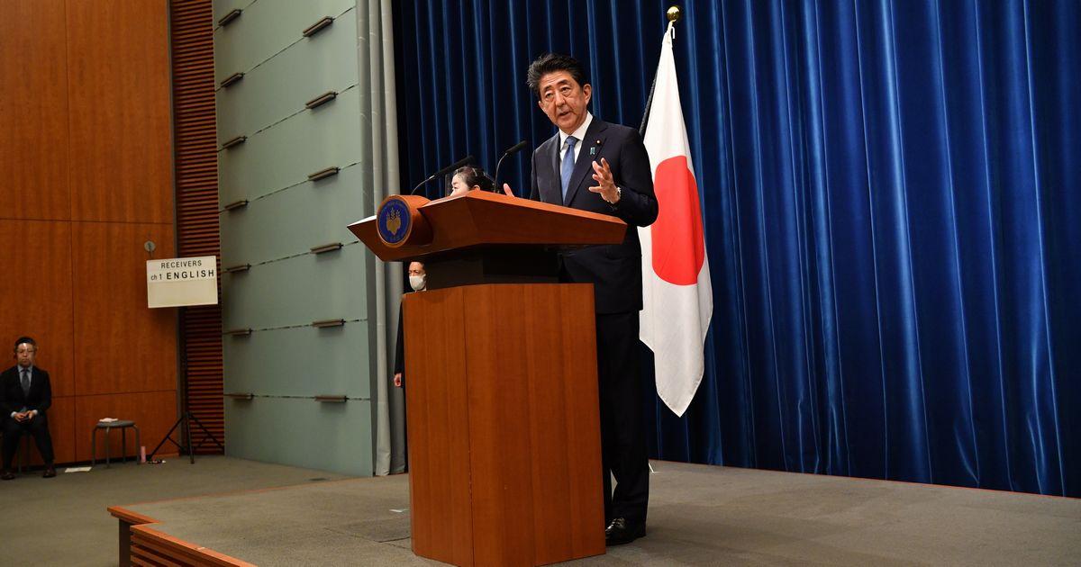 写真・図版 : 辞任会見をする安倍晋三首相。この日はプロンプターを使わなかった=2020年8月28日午後5時28分、首相官邸