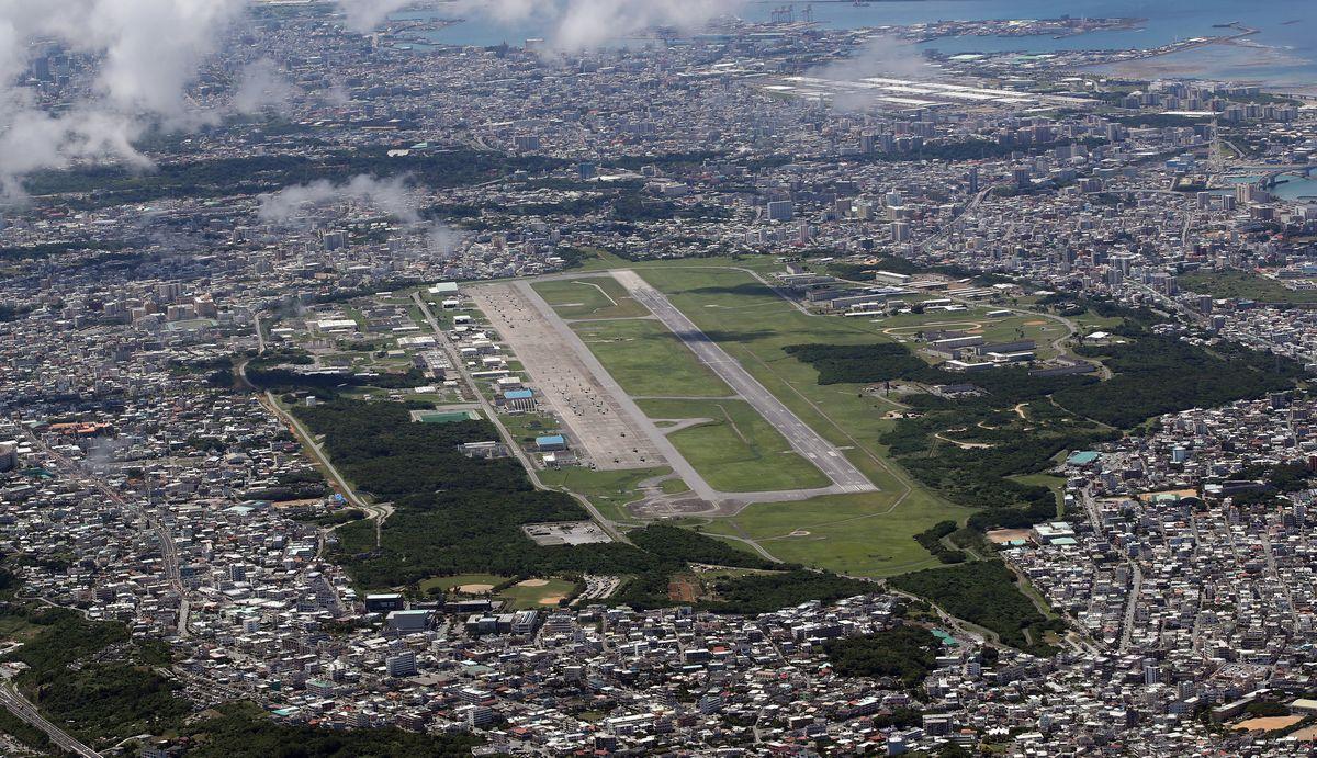 写真・図版 : 沖縄県宜野湾市の米軍普天間飛行場=2019年9月10日、朝日新聞社機から