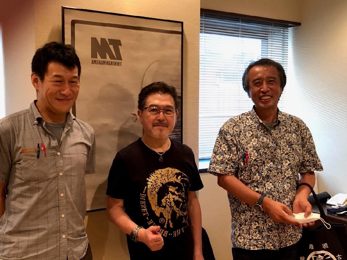 写真・図版 : 渡辺香津美さん(中央)と筆者(右)=筆者提供