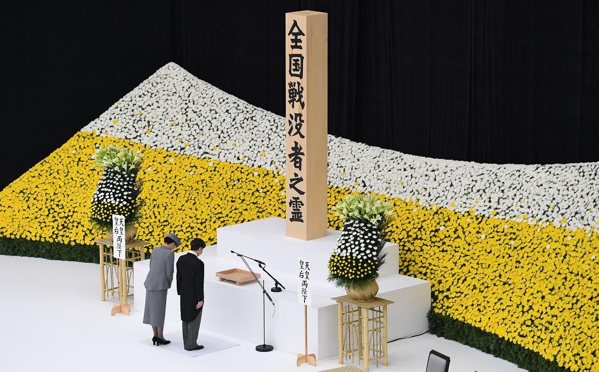 全国戦没者追悼式で黙祷(もくとう)する天皇、皇后両陛下=2020年8月15日正午、東京都千代田区の日本武道館