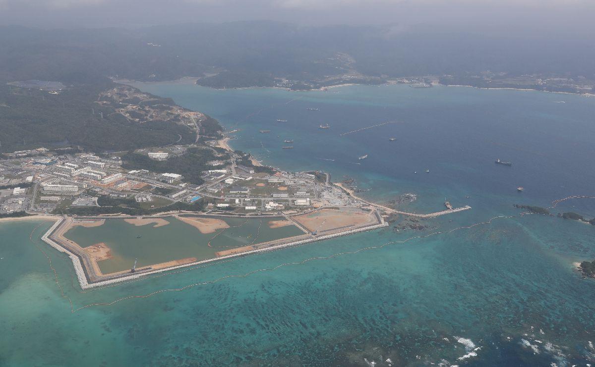 写真・図版 : 埋め立て工事が進む辺野古沖。中央は軟弱地盤がある海域=2020年3月26日、沖縄県名護市、朝日新聞社機から
