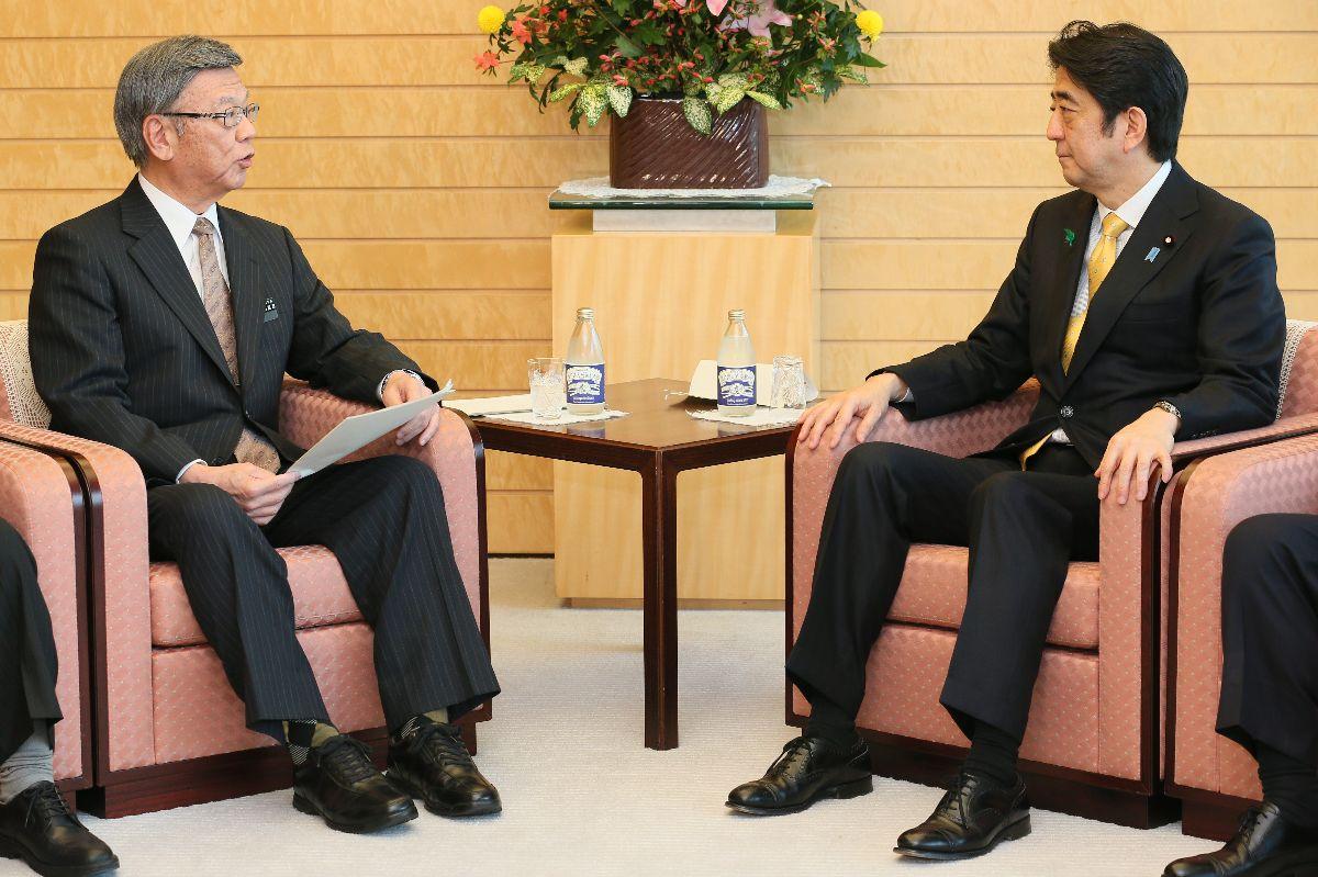 写真・図版 : 知事就任後、初めて安倍晋三首相(右)と会談した翁長雄志沖縄県知事=2015年4月17日、首相官邸