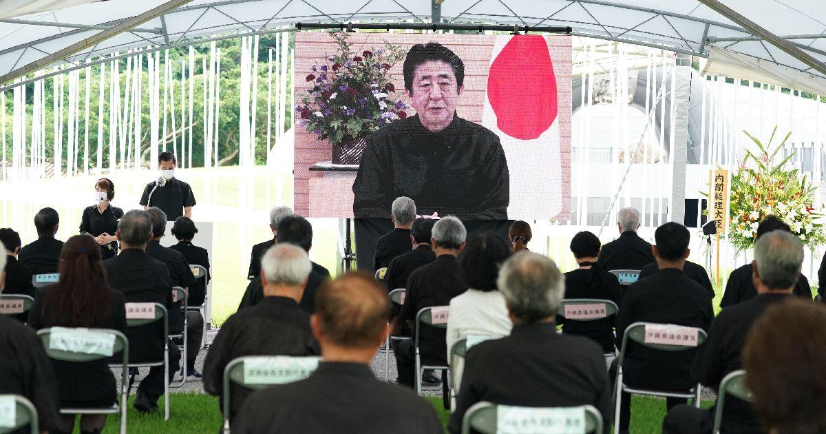 写真・図版 : コロナ禍に見舞われた今年の沖縄全戦没者追悼式。安倍首相のビデオメッセージが上映された=2020年6月23日、沖縄県糸満市