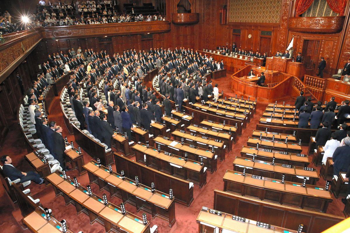 写真・図版 : 安保関連法案が可決された衆院本会議。自民、公明の与党と次世代などの賛成多数で可決された。民主、維新、共産などは退席した=2015年7月16日