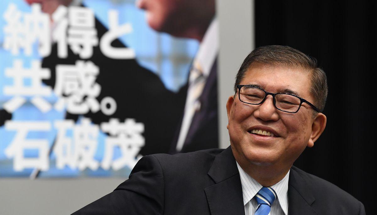 写真・図版 : 政策発表会見前、笑顔を見せる自民党の石破茂元幹事長=2020年9月4日午後1時12分、東京・永田町