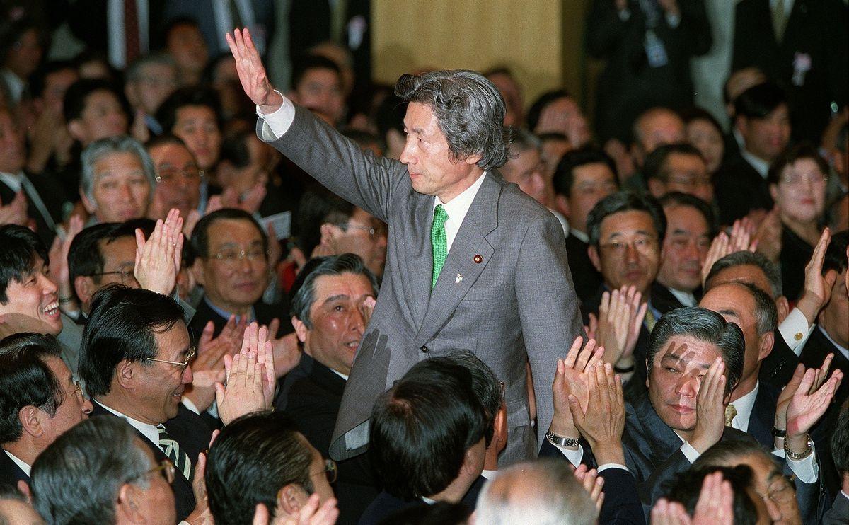 写真・図版 : 自民党新総裁に選ばれ、拍手にこたえる小泉純一郎氏=2001年4月24日、党本部で