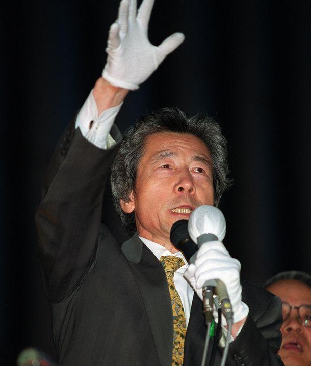 写真・図版 : 自民党総裁選で街頭演説をする小泉純一郎氏=2001年4月21日、東京・銀座で