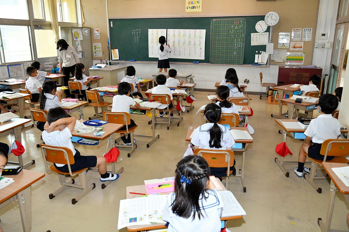 写真・図版 : 机の間隔を広げた小学校の教室=2020年7月3日、広島県福山市、佐藤英法撮影