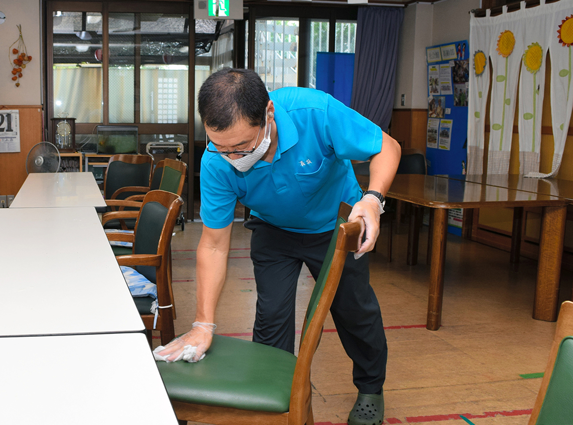 写真・図版 : 施設内を消毒するデイサービスの職員=2020年8月21日、名古屋市、岩尾真宏撮影