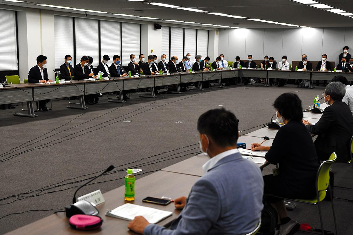 写真・図版 : 新型コロナウイルス感染症対策分科会に出席する関係者=2020年7月31日、東京都千代田区、角野貴之撮影
