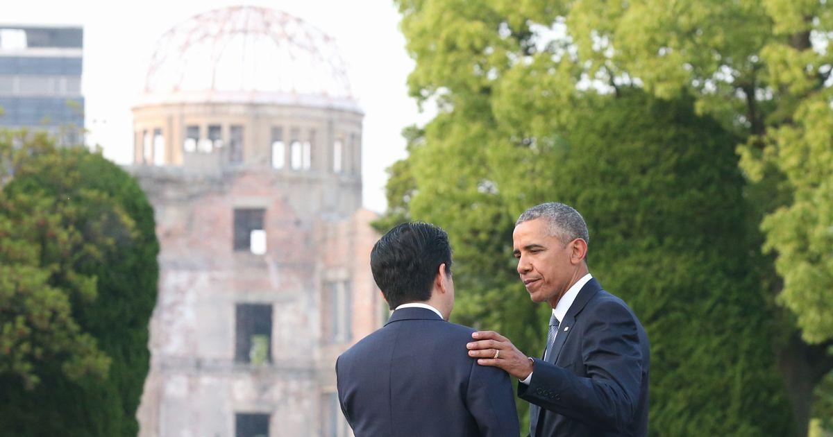 写真・図版 : 原爆ドームが見える場所で、別れ際に安倍首相の肩をたたくオバマ米大統領(右)=2016年5月27日、広島市中区の広島平和記念公園