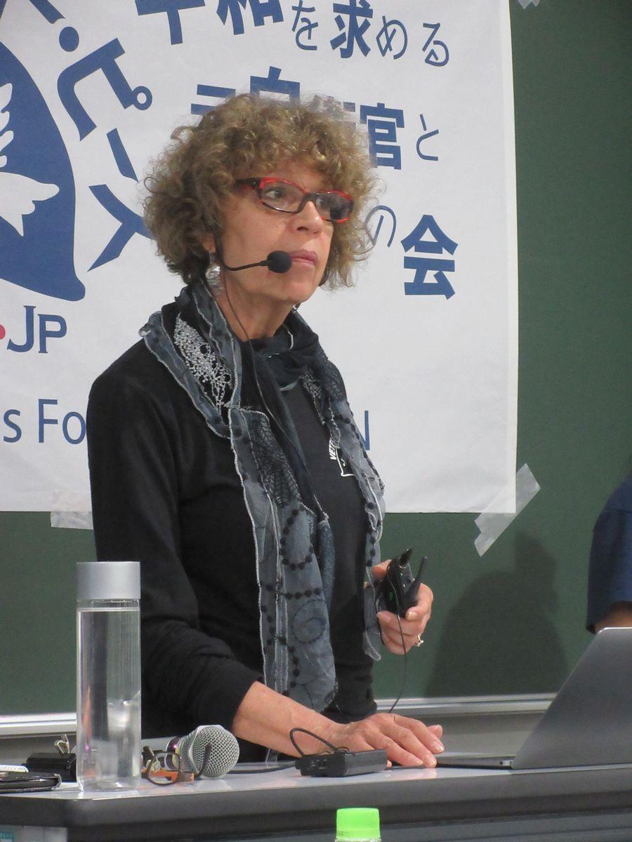 写真・図版 : 講演するスーザン・シュノールさん=2019年10月25日、東京都千代田区