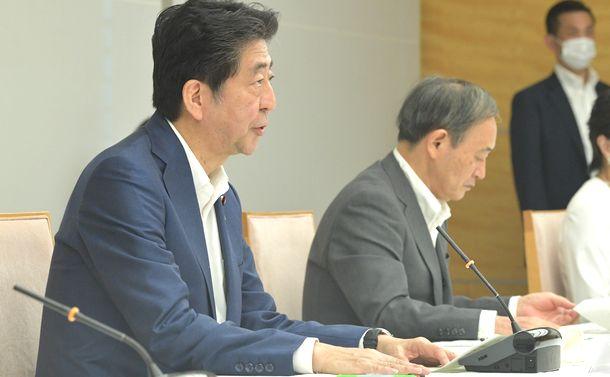 写真・図版 : 台風第10号に関する関係閣僚会議で発言する安倍晋三首相。右は菅義偉官房長官=2020年9月4日、首相官邸