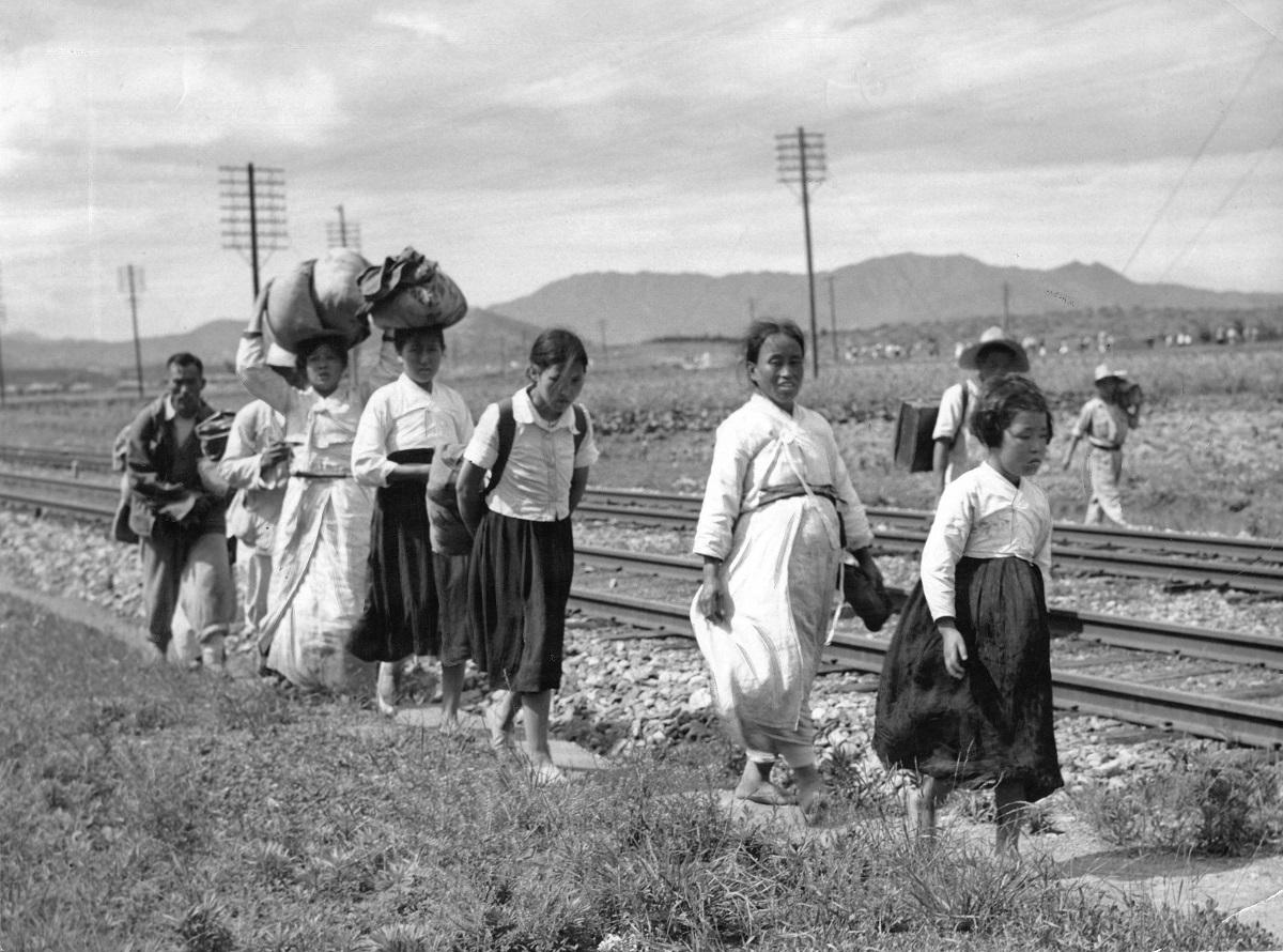 写真・図版 : 朝鮮戦争開戦直後、線路伝いに避難する韓国住民たち=1950年6月1日