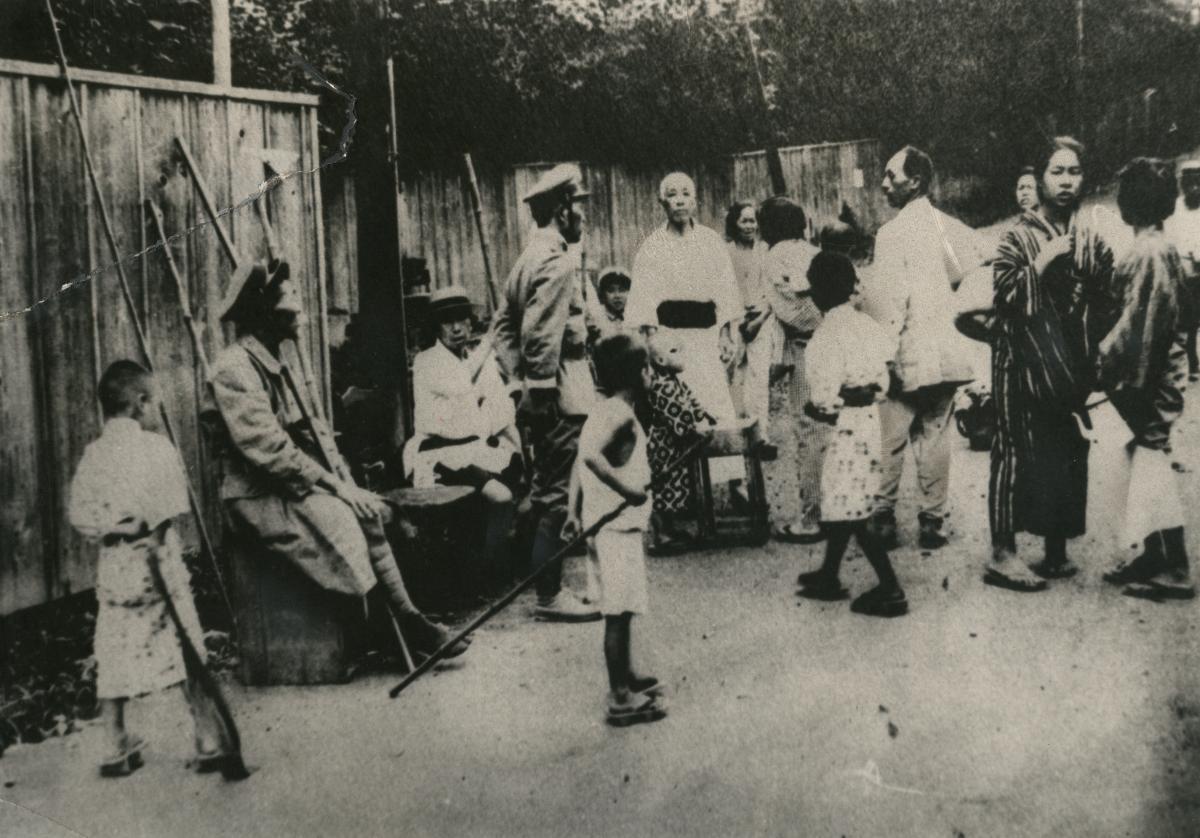 写真・図版 : 震災直後、竹槍を持って警戒に当たる「自警団」。多くの朝鮮人がこうした「自警団」に殺された=1923年9月、東京・麻布