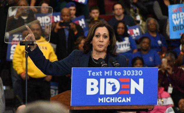 写真・図版 : バイデン前副大統領の応援演説に立つカマラ・ハリス上院議員=2020年3月9日、米ミシガン州デトロイト、藤原学思撮影