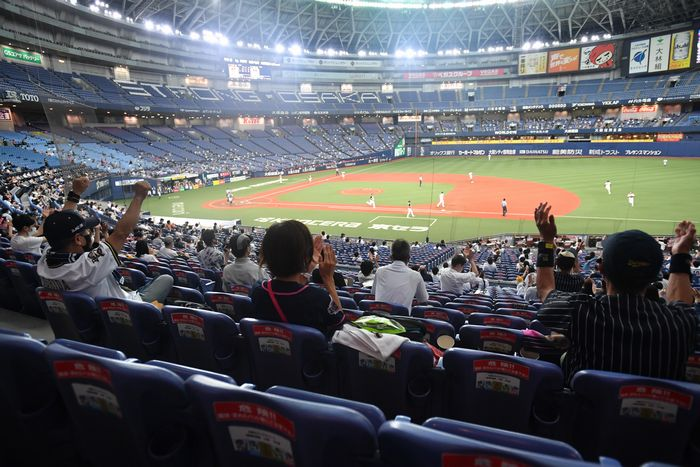 写真・図版 : プロ野球開幕後、初めて観客を入れて試合を開催した京セラドーム大阪=2020年7月10日午後、大阪市西区、金居達朗撮影