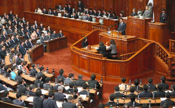 写真・図版 : 衆院本会議で所信表明演説をする安倍晋三首相。iPS細胞への期待にもふれた=2013年1月28日、樫⼭晃⽣撮影