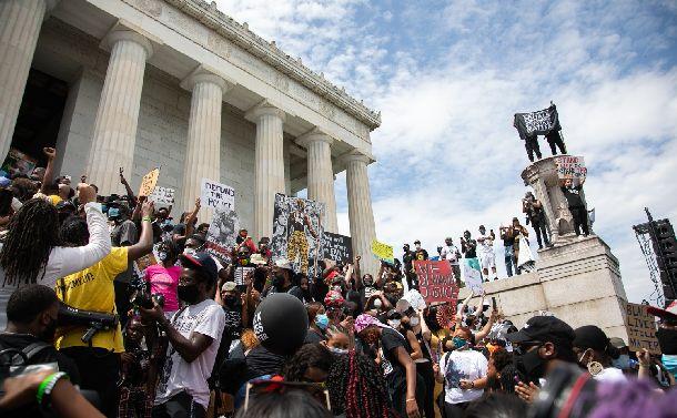 写真・図版 : 8月28日に米ワシントンのリンカーン記念堂で行われた人種差別に抗議する集会=2020年8月28日、ワシントン、ランハム裕子撮影