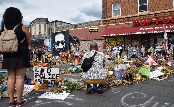 写真・図版 : ジョージ・フロイドさんが亡くなった現場で、祈りを捧げる人たち=2020年6月19日、米ミネアポリス、渡辺丘撮影