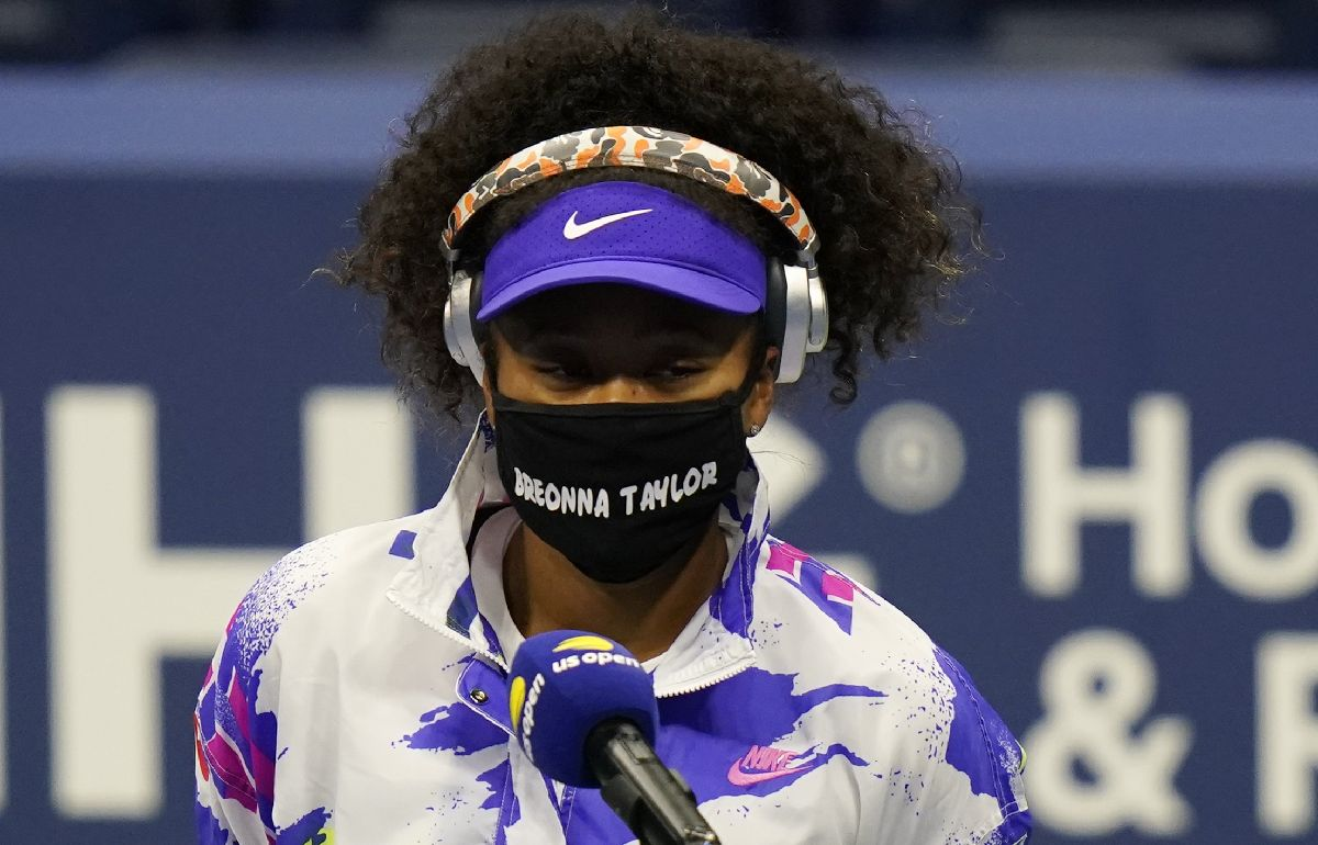 写真・図版 : テニス・全米オープンで、警官に発砲されて亡くなった黒人女性の名前が入ったマスクを着用する大坂なおみ選手=2020年9月1日、ニューヨーク(AP)