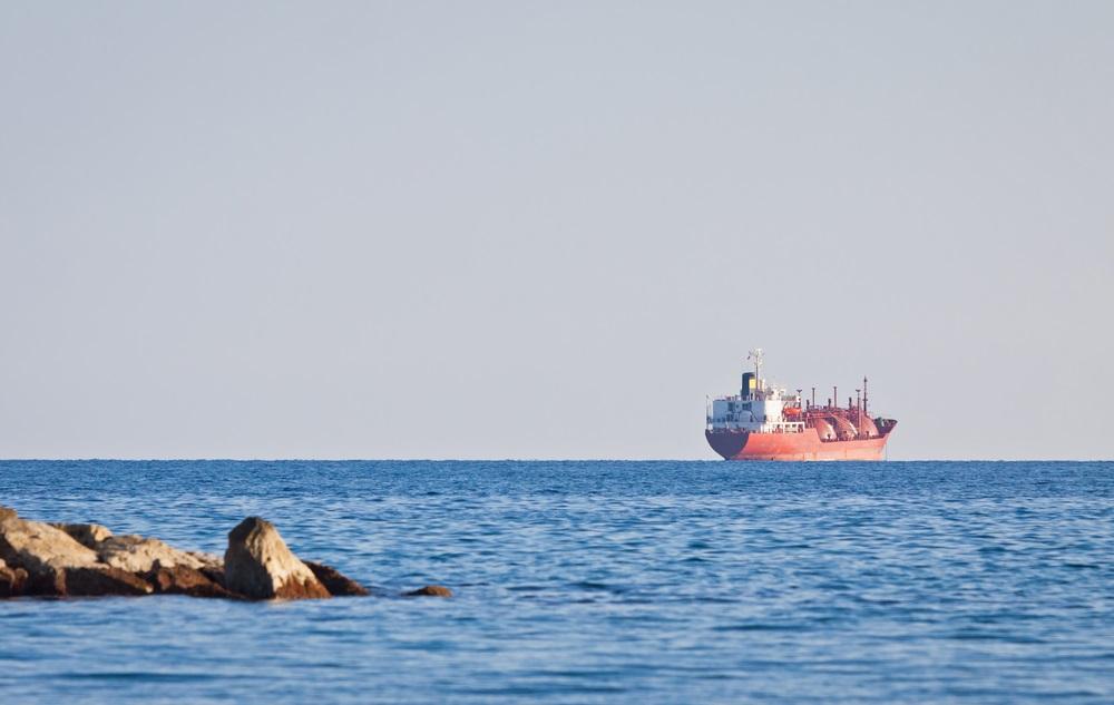 写真・図版 : キプロス沖を航行するLNGタンカー Shutterstock.com