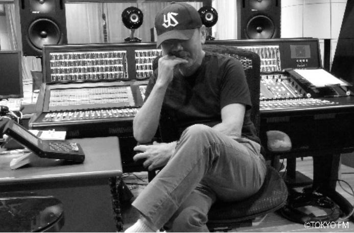 自身がDJを務めるラジオ番組「村上RADIO」の収録に臨んだ村上春樹さん=2018年8月 TOKYO FM提供