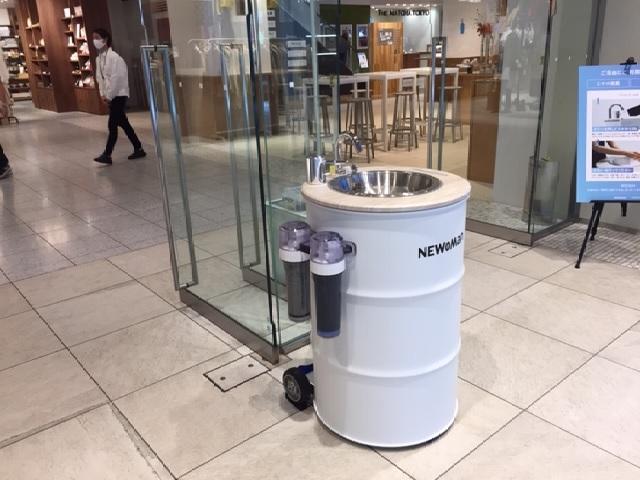 """写真・図版 : JR新宿駅の商業施設NEWoMan入口に設置された""""どこでも手洗い機""""=筆者写す"""