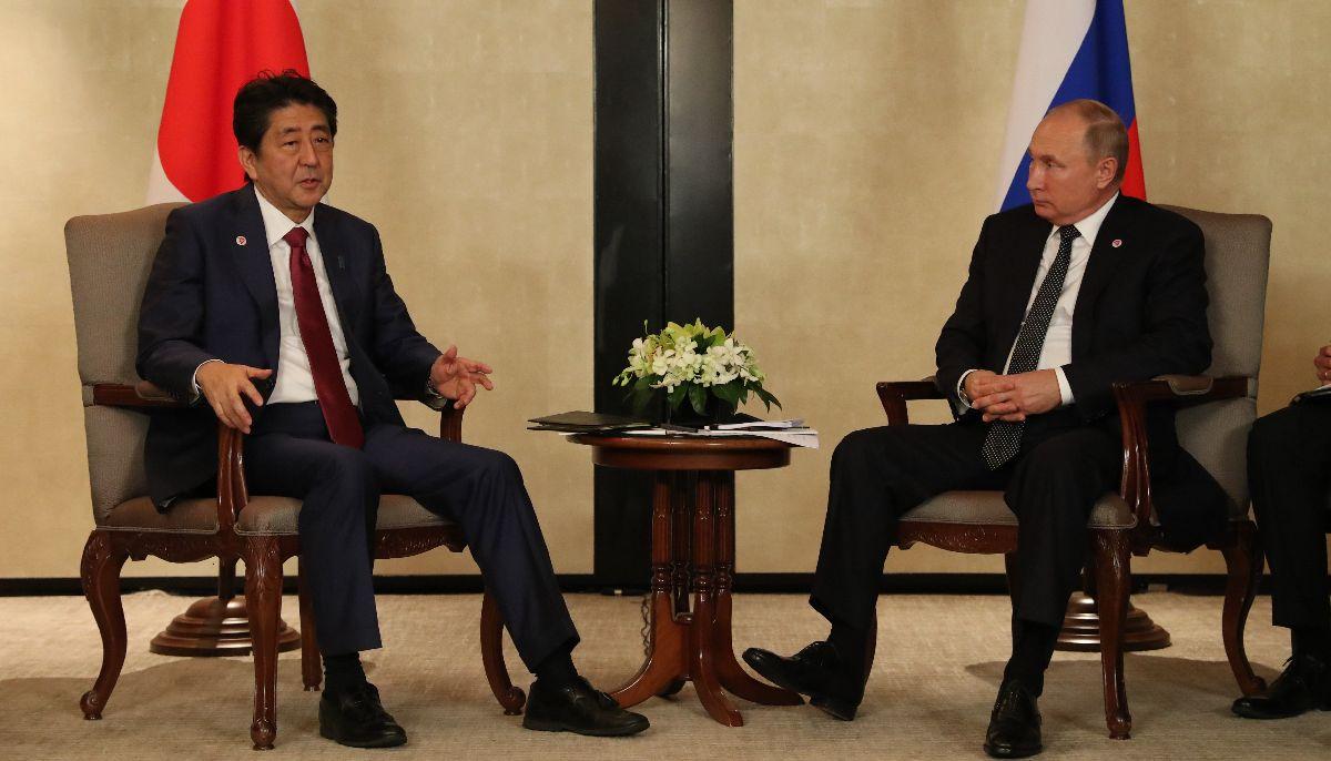 写真・図版 : ロシアのプーチン大統領(右)との首脳会談に臨む安倍晋三首相=2018年11月14日、シンガポール、岩下毅撮影