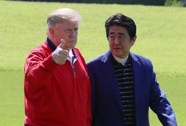 写真・図版 : 国賓として来日。ゴルフ場で安倍晋三首相の出迎えを受けるトランプ米大統領=2019年5月26日、千葉県茂原市の茂原カントリー倶楽部、代表撮影