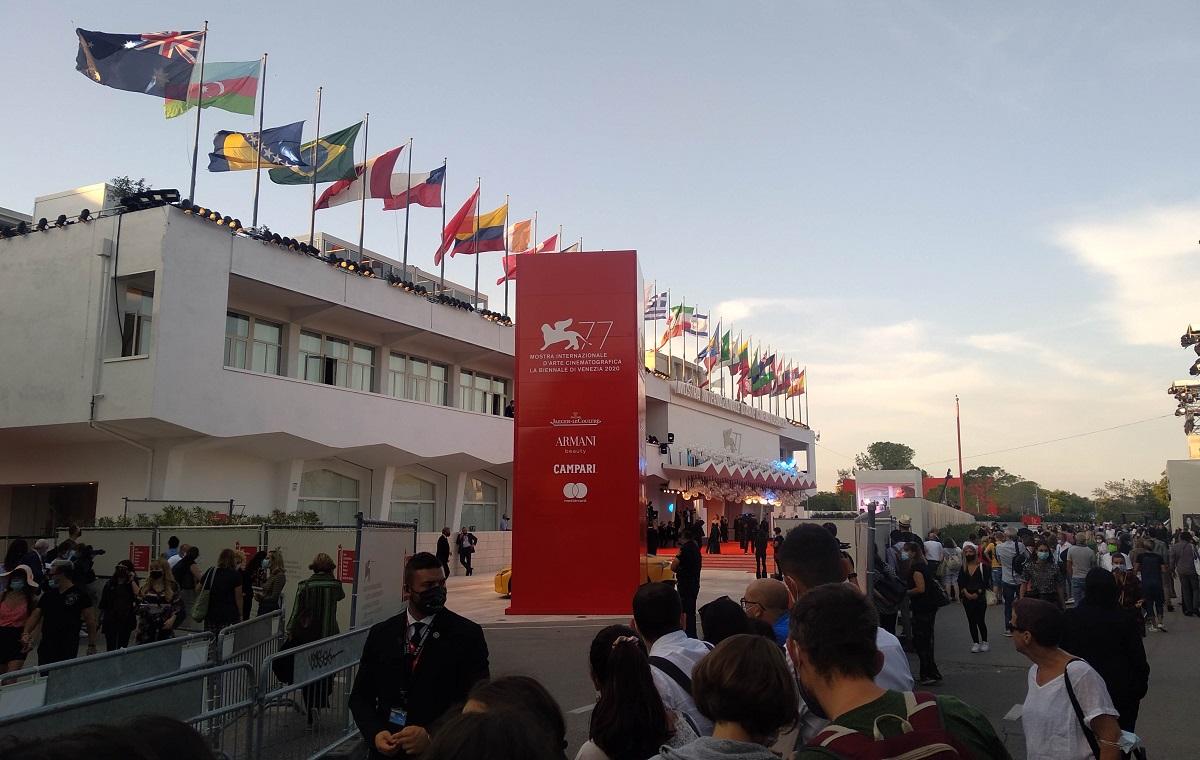 写真・図版 : ベネチア国際映画祭のメイン会場サラ・グランデ前。一般客は恒例のレッドカーペットが直接は見られなかった=撮影・筆者
