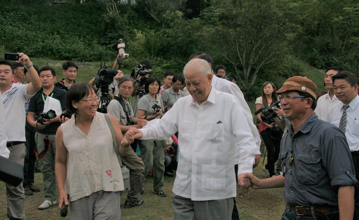 写真・図版 : 1999年の台中大地震からの復興状況を視察するため台湾中部を訪れ、地元の人々と交流する李登輝氏(中央)=2012年9月11日