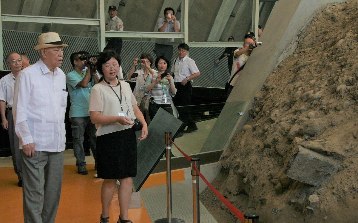 写真・図版 : 台中大地震で全壊した中学校を保存、活用した教育施設を見学する李登輝氏(手前左)=2012年9月12日