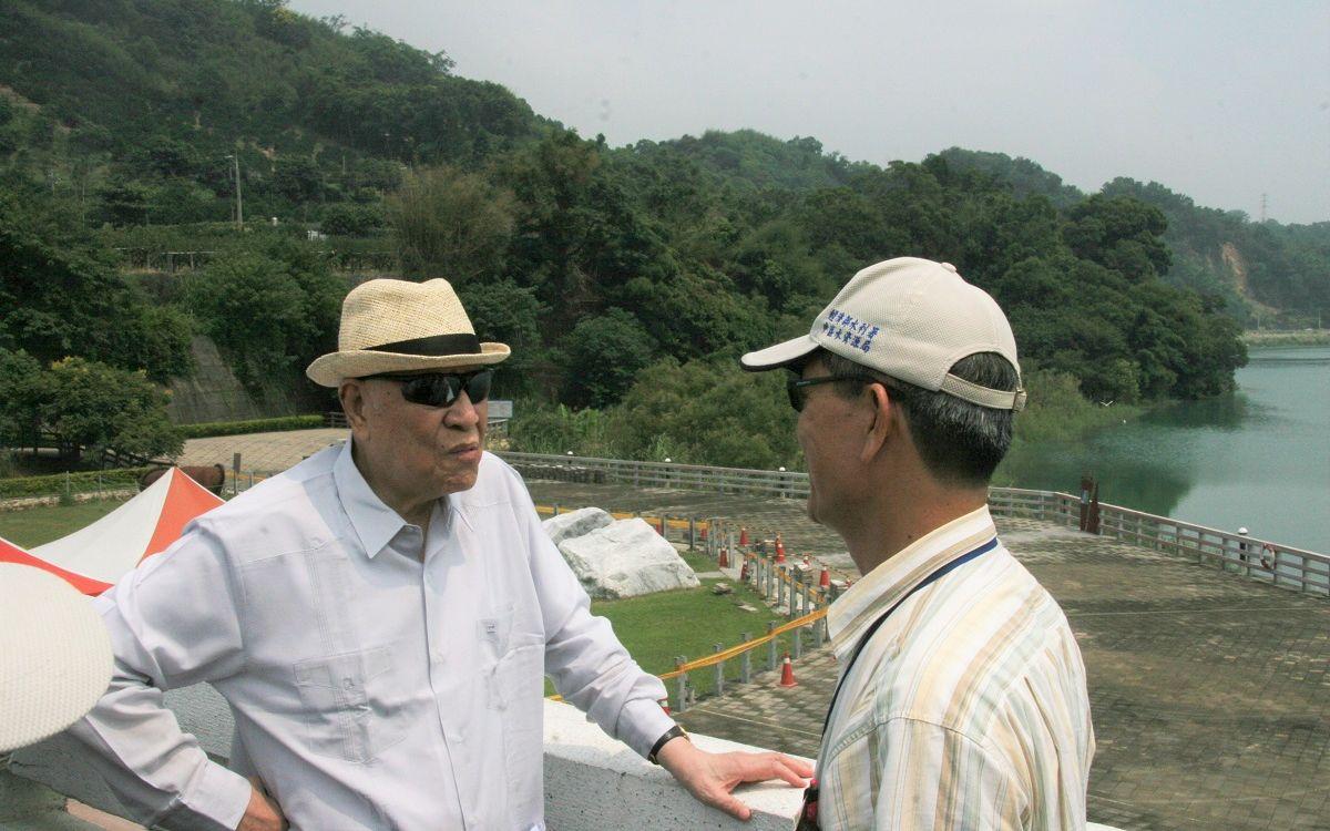 写真・図版 : 台中大地震で被害があったダムを視察する李登輝氏(左)=2012年9月12日