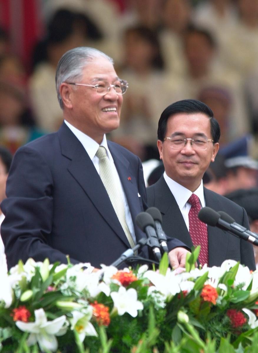 写真・図版 : 2000年5月20日、総統を退任する李登輝氏(左)と、見送る後任総統の陳水扁氏=台北市内