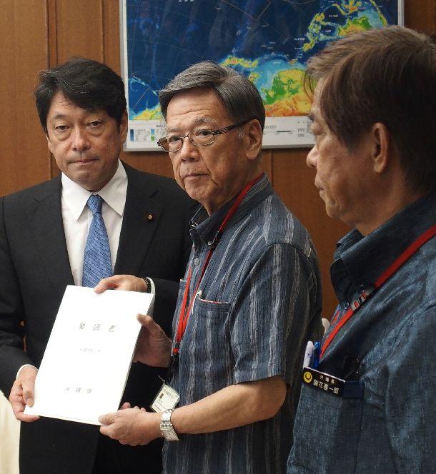 写真・図版 : 日米地位協定の見直しを要請する沖縄県の翁長雄志知事=2017年9月11日、防衛省