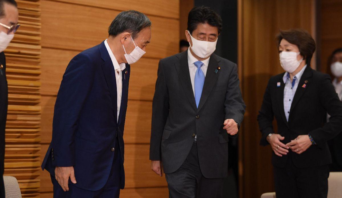 写真・図版 : 安倍内閣最後の閣議に臨む菅義偉官房長官(左)と安倍晋三首相=2020年9月15日午前10時2分、首相官邸