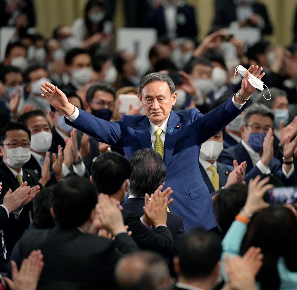 写真・図版 : 自民党総裁選に勝利して両手を広げる菅義偉氏=2020年9月14日、東京都港区