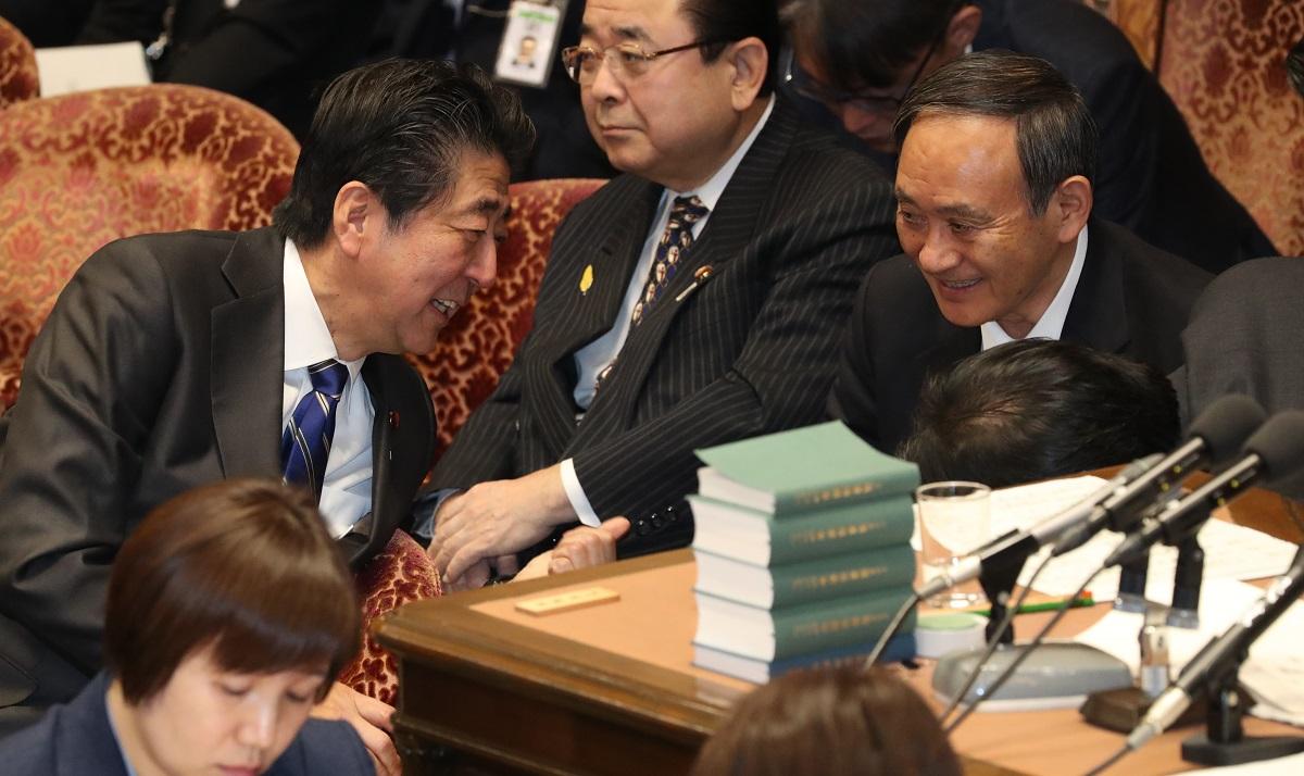 写真・図版 : 衆院予算委で、安倍晋三首相(当時)と言葉を交わす菅義偉官房長官(同)=2020年2月3日