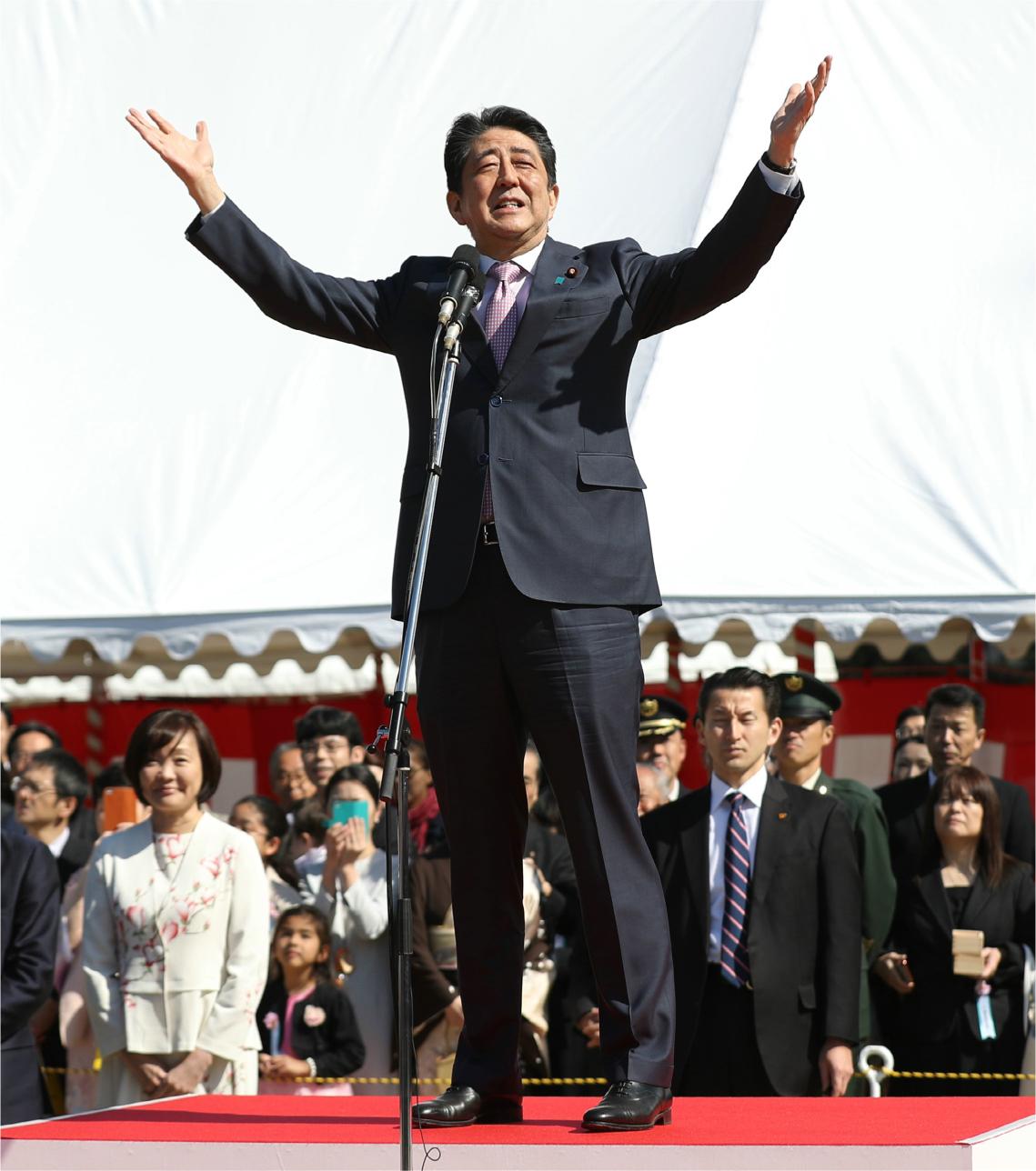 写真・図版 : 主催した「桜を見る会」での安倍晋三首相=2019年4月13日午前、東京都新宿区の新宿御苑