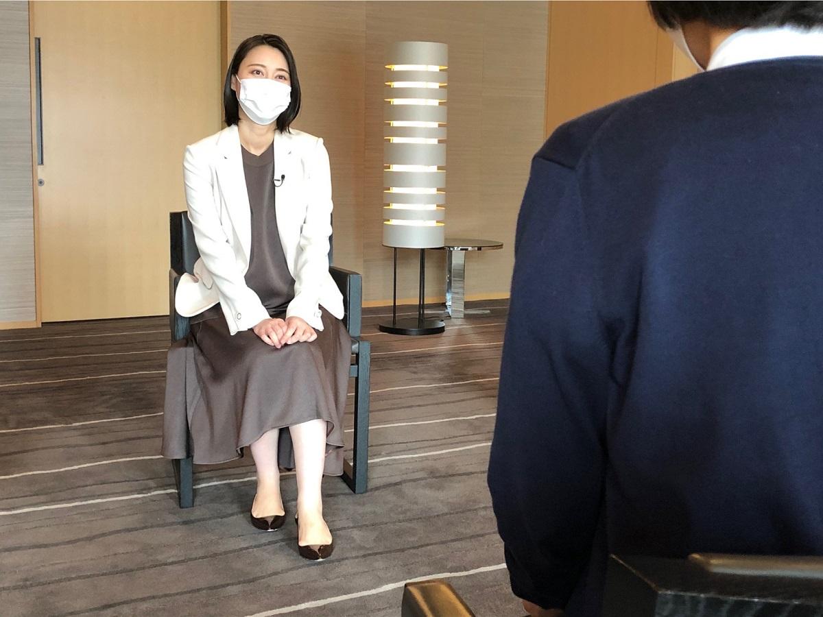 写真・図版 : TBS「ニュース23」のキャスター・小川彩佳さん(左)のインタビューを受ける赤木雅子さん=2020年7月11日、都内のホテル