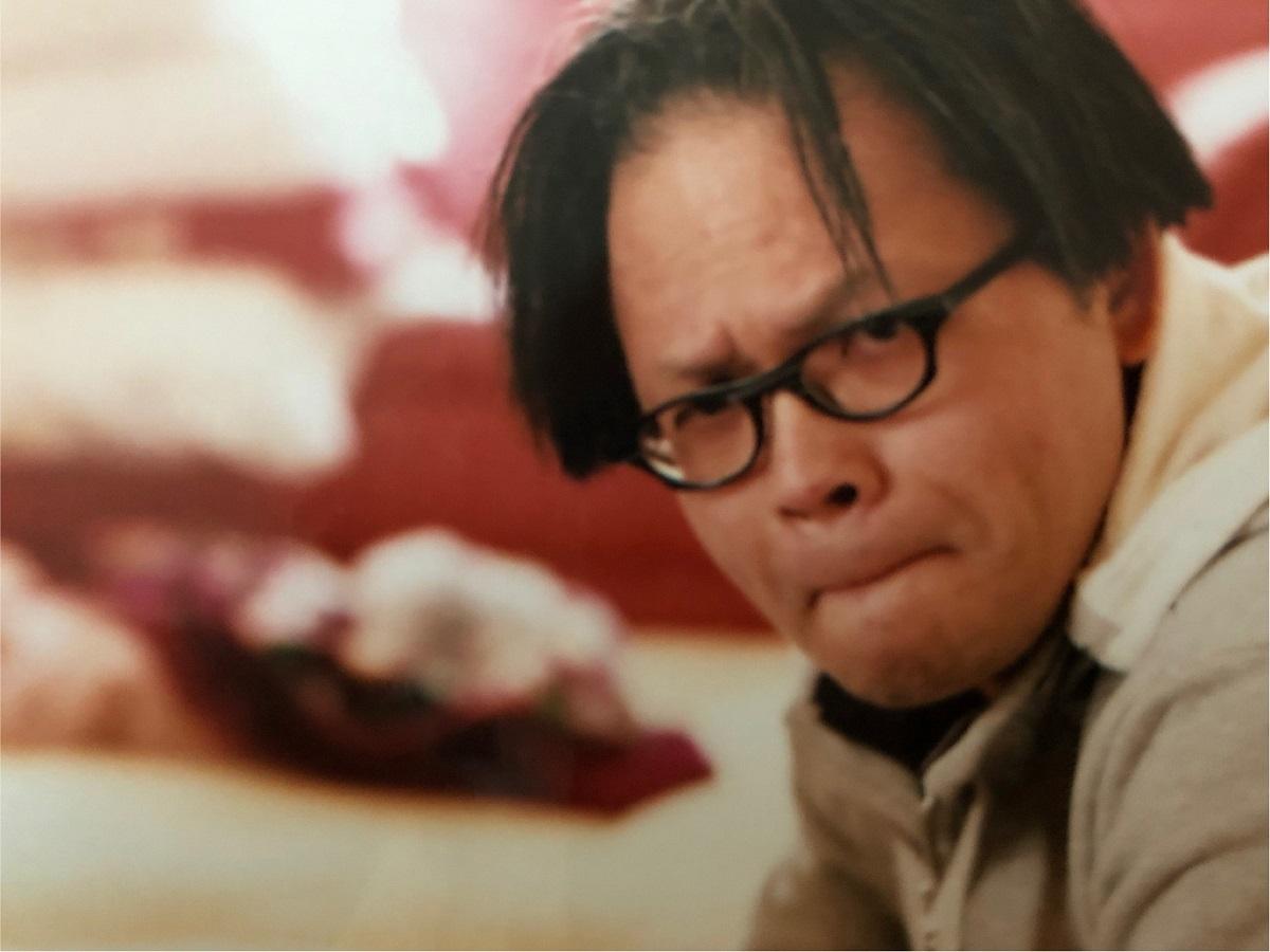 写真・図版 : おいっ子とのゲームで真剣な表情の赤木俊夫さん