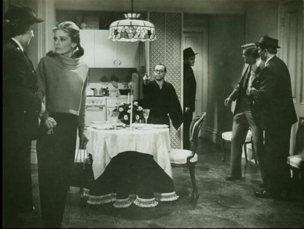 写真・図版 : 『ティファニーで朝食を』(1961)。中央が典型的な日本人として描かれた「ユニオシ」  http://www.imdb.com/title/tt0054698/mediaviewer/rm108665088