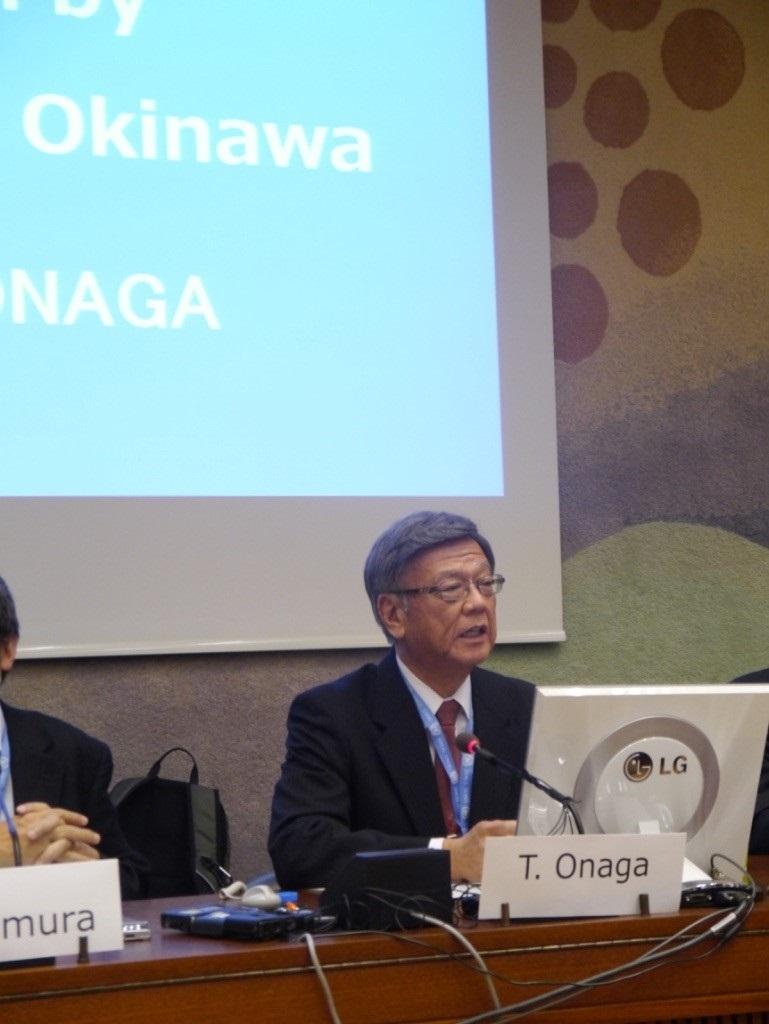 写真・図版 : 2015年9月21日のサイドイベントで講演する翁長知事(当時)、筆者撮影