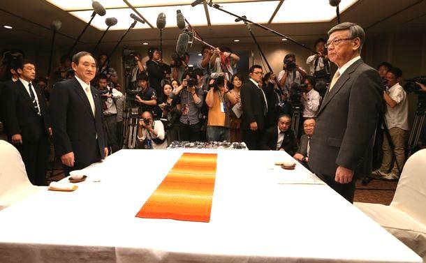 写真・図版 : 初会談に臨む菅官房長官(左)と沖縄県の翁長知事。辺野古についても話しあわれた=2015年4月5日、那覇市内のホテル