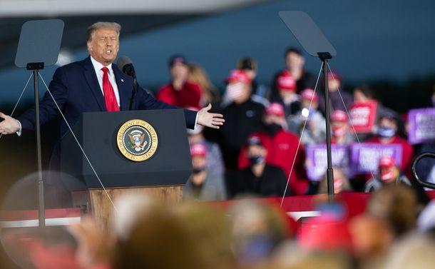 写真・図版 : 飛行機の格納庫で行われた選挙集会で演説するトランプ大統領=ミシガン州フリーランド、ランハム裕子撮影、2020年9月10日