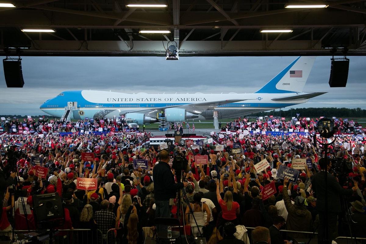 写真・図版 : 選挙集会会場に大統領専用機「エアフォース・ワン」で到着し、大歓声の中、機体の前に設置されたステージに上がるトランプ大統領=ミシガン州フリーランド、ランハム裕子撮影、2020年9月10日